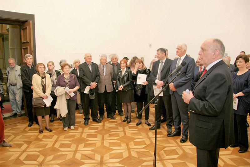 Voditelj Muzeja akademik Marko Pećina govori na otvorenju izložbe