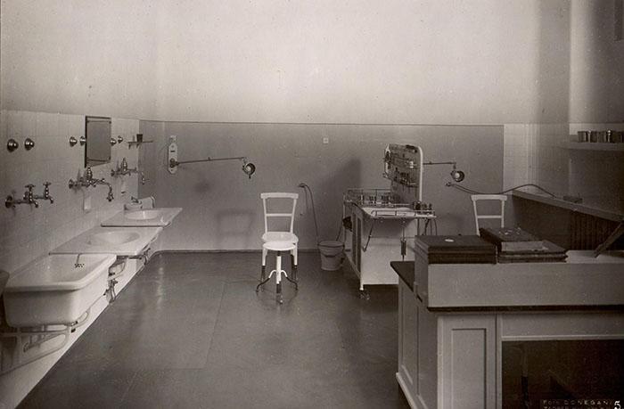 Otorinolaringološki radni stol u ambulanti Klinike za uho, grlo i nos u Zagrebu, fotografija iz albuma prof. dr. Ante Šercera, Foto Donegani, 1941.