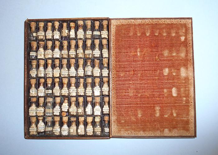 Priručna homeopatska ljekarna Josipa Zlatarovića, Beč, 19. st., inv. br. HMMF-806 U kartonskoj kutiji podstavljenoj plišom nalazi se 60 bočica s lijekovima. Svaka bočica ima papirnatu naljepnicu s nat pisom. Kutija s lijekovima je uložena u kartonski omot.